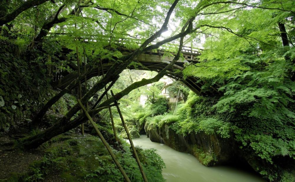 温泉街に沿って流れる美しい渓谷「鶴仙渓」