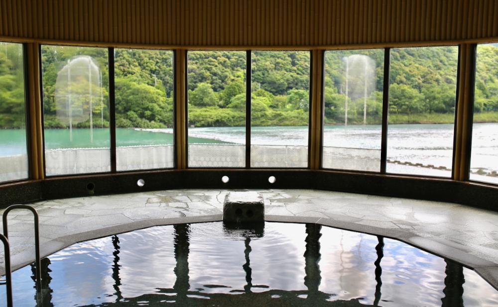 雄大な日置川が一望できる「えびね温泉」