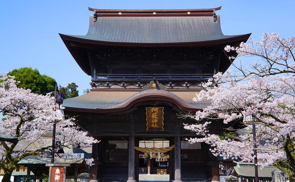 ※写真は、阿蘇神社楼門(熊本地震前の様子)